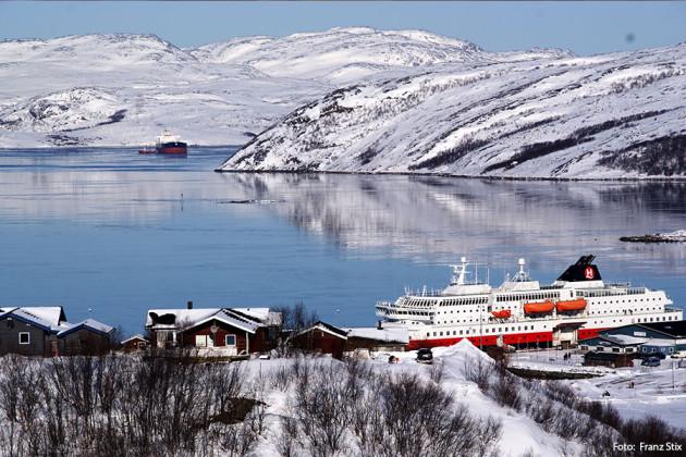 Kirkenes med Hurtigrutens MS Nordlys Foto: Franz Stix