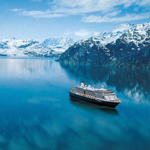 Holland America Lines fartyg Eurodam bland de snöiga bergen i Glacier Bay, Alaska.