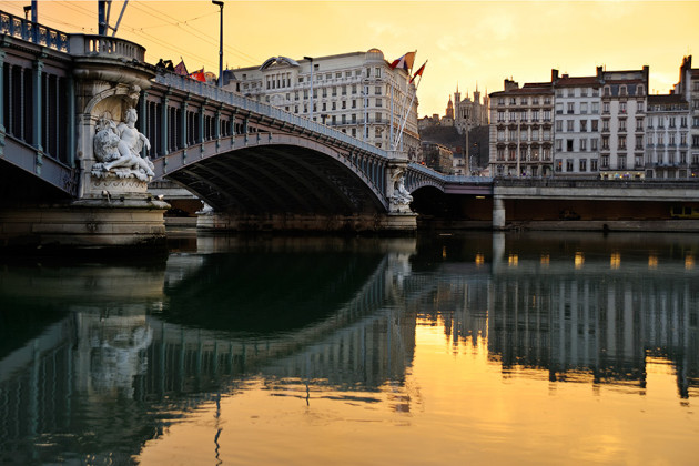 Vacker bro i solnedgången, i Lyon i Frankrike.