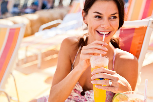 Drink vid poolen på Royal Caribbeans kryssningsfartyg