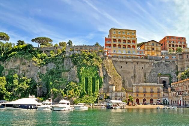 Spektakulära husbyggen alldeles vid havet i Sorrento, Italien.