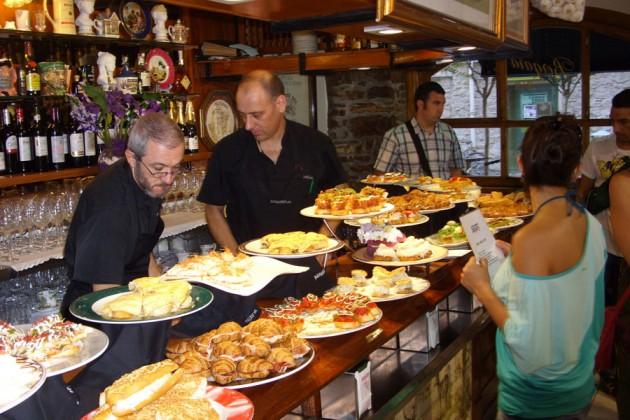 Pinxtos uppdukade på en restaurang i Baskien, Spanien.