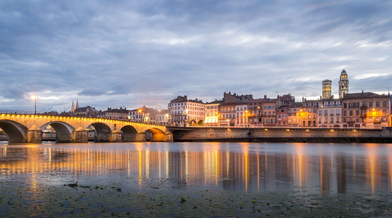Kväll i staden Macon längs floden Saone, Frankrike.