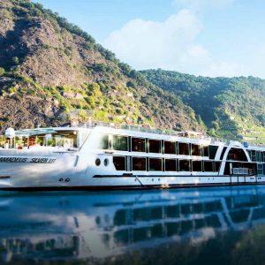 Fartyget Amadeus Silver III från Lüftner Cruises på en av Europas floder.