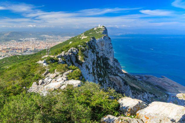 Gibraltarklippan med havet i bakgrunden.