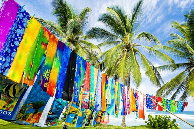 Färgglada handdukar på tork i vinden.