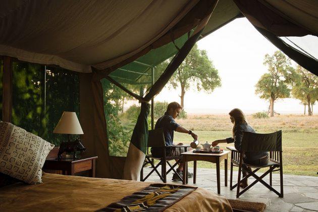 Goveners Camps stora tält erbjuder boende med utsikt.
