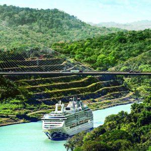 Kryssningsfartyg på väg genom Panamakanalen.