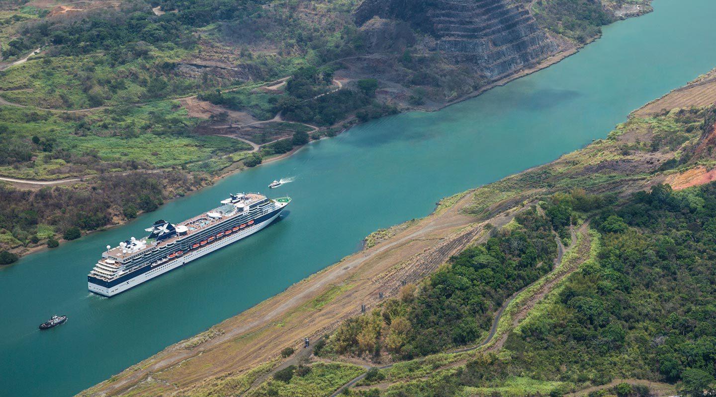 Fartyg från Celebrity Cruises på väg genom Panamakanalen.