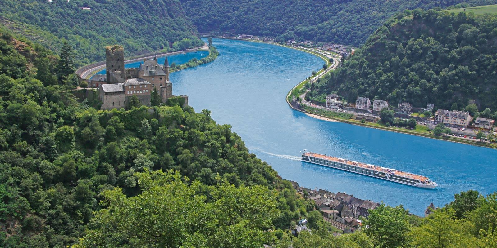 Floden Rhen och dess vackra omgivningar.