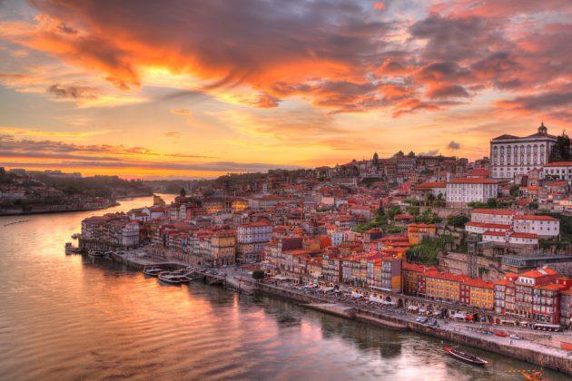 Solnedgång över Porto i Portugal.