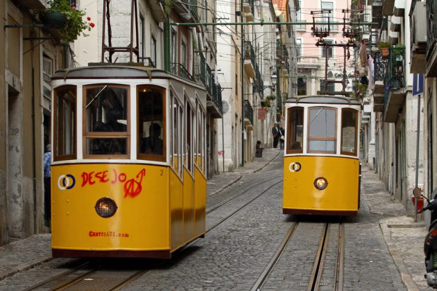 Gula spårvagnar på Lissabons branta gator.