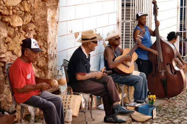Kubaner spelar musik på gatan.