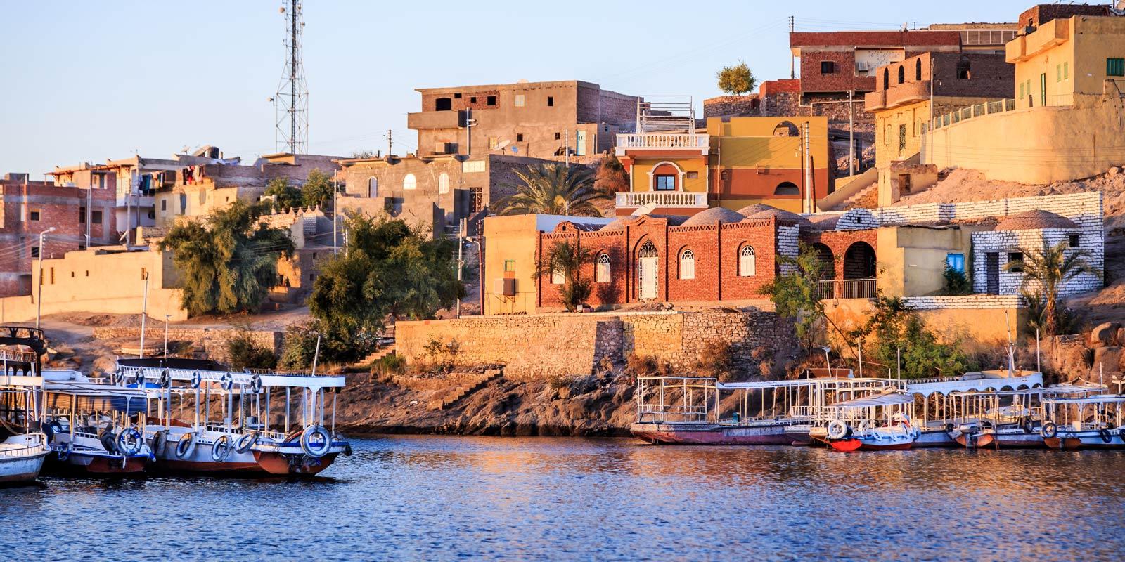 Staden Aswan i Egypten, sett från Nilen.
