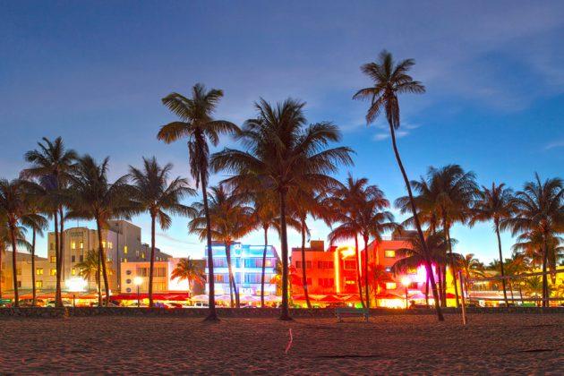 Neonklädda Ocean Drive i Miami, Florida.