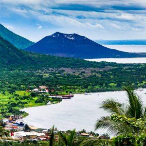 Vy över hamnen i Rabaul och Simpson, Papua Nya Guinea.