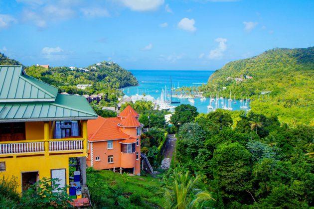 Färgglada hus och marinan på St. Lucia i Karibien.