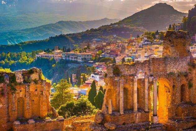 Vacker vy över staden Taormina på Sicilien.